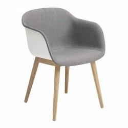 Muuto FIBER ARMCHAIR WOOD BASE Krzesło - Białe z Tapicerowanym Siedziskiem w Kolorze Szarym /Drewniana Rama Naturalna