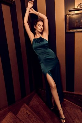 K042 Długa sukienka wiązana wokół szyi - zielona