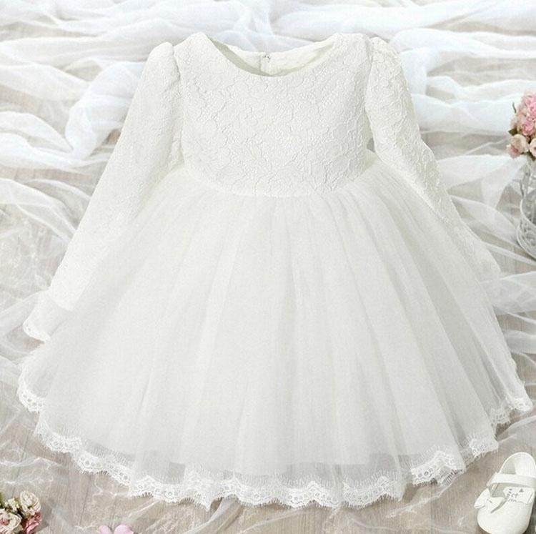 Wytworna sukienka z rękawkiem biała