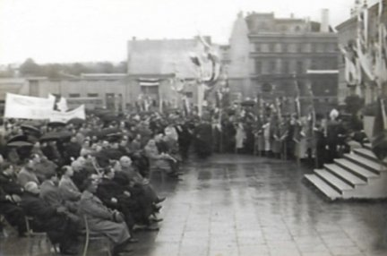 [MANIFESTACJA Zjednoczenia Polskich Zw. Zawodowych - zestaw fotografii]. Album z 15 zdjęciami, zatytułowany Manifestacja Z.P.Z.Z. Warszawa 7 V 1939.