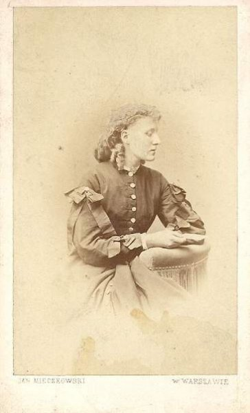 [FOTOGRAFIA portretowa - portret kobiety]. [nie przed 1861, nie po 1889]. Fotografia form. 9,1x5,6 cm na oryg. podkładzie form. 10,5x6,3 cm autorstwa Jana Mieczkowskiego w Warszawie.