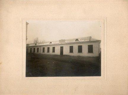 [LIDA - zabudowania gospodarcze]. [l. 20. XX w.]. Fotografia form. 12,5x17 cm na oryg. podkładzie form. 23x29,5 cm autorstwa A. Glaubermana w Lidzie.