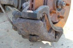 Zacisk hamulcowy przód lewy Dodge Caravan 00-07 2.4