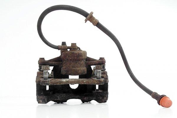 Zacisk hamulcowy przód lewy Toyota Avensis T25 2003-2008 2.2 D-CAT Kombi