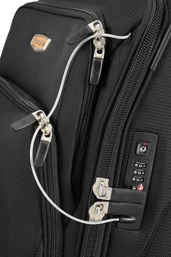 Bagaż posiada zamek szyfrowy TSA  oraz metalową linke do spięcia wszystkich zewnętrznych kieszeni do jednego zamka szyfrowego