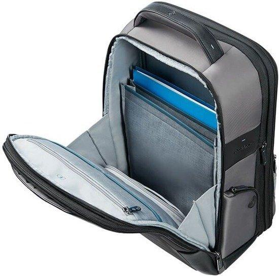 Plecak posiada dwie komory. Jedna obszerna z segregatorem na dokumenty. U góry plecaka znajduje się wygodna rączka neoprenowa