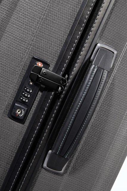 Boczna skórzana rączka oraz płaski zamek szyfrowy TSA