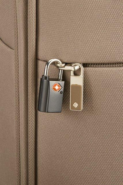 Bagaż posiada zewnętrzną kieszeń, którą można zabezpieczyć dodatkową kłódką