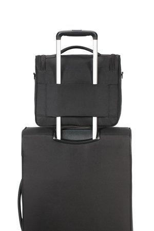 Kuferek posiada tunel na tylnej zewnętrznej ściance, który umożliwia nałożenie kuferka na stelaż innego bagażu