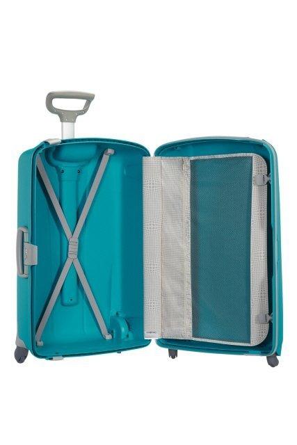 Bagaż dzielony na dwie części: jedna część z pajączkiem spinającym ubrania, druga z przekładką przytrzymującą ubrania