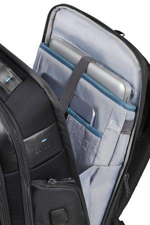 Tylna komora przeznaczona na laptopa oraz tablet. Tylna komora zamykana jest na wodoodporny suwak