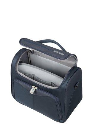 Kuferek wewnątrz posiada wypinany separator, który dzieli wnętrze na pół. Kuferek posiada wewnątrz gumy przytrzymujące