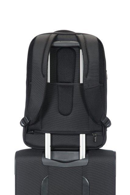 Plecak posiada z tyłu tunek, który umożliwia nałożenie plecaka na stelaż innego bagażu