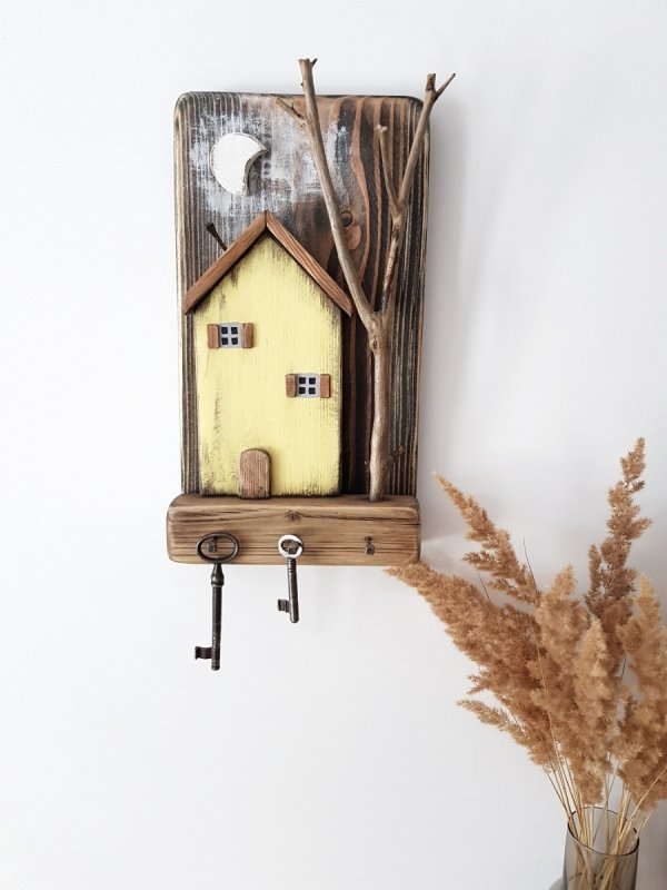 Drewniany wieszak na klucze domek z drzewem żółty