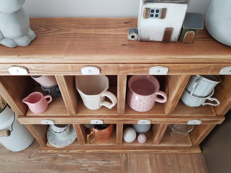 Drewniana półka z przegródkami