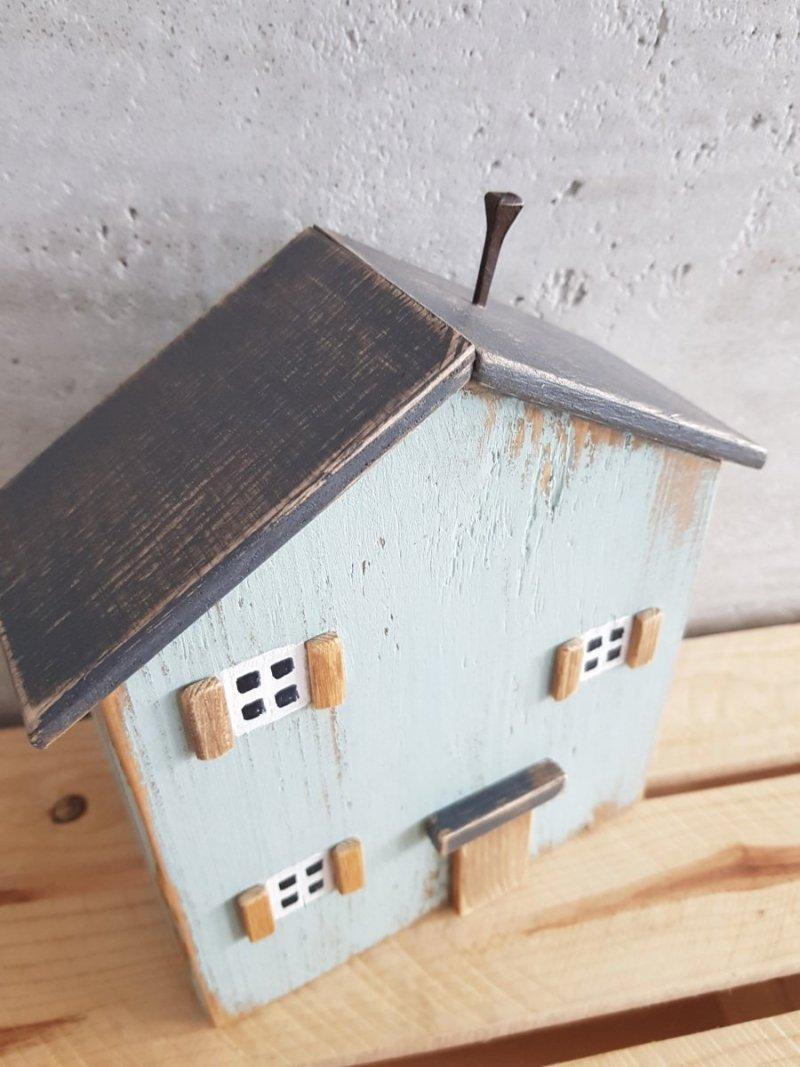 Drewniany domek niebieski