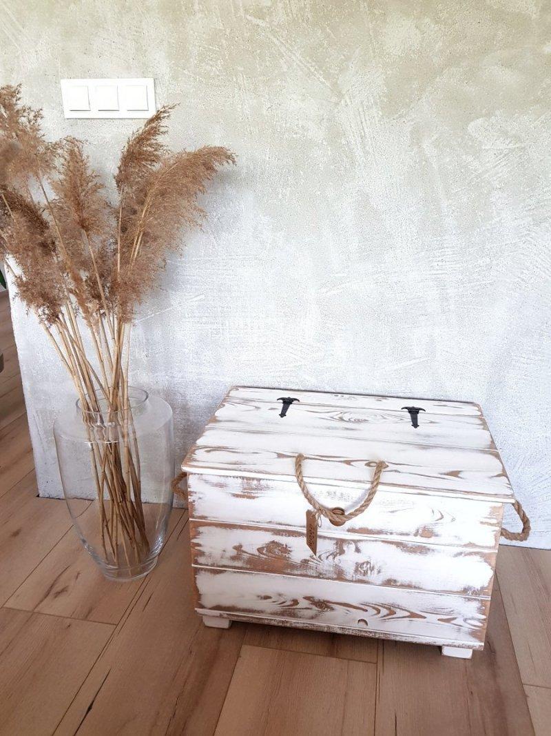 Drewniana skrzynia biała