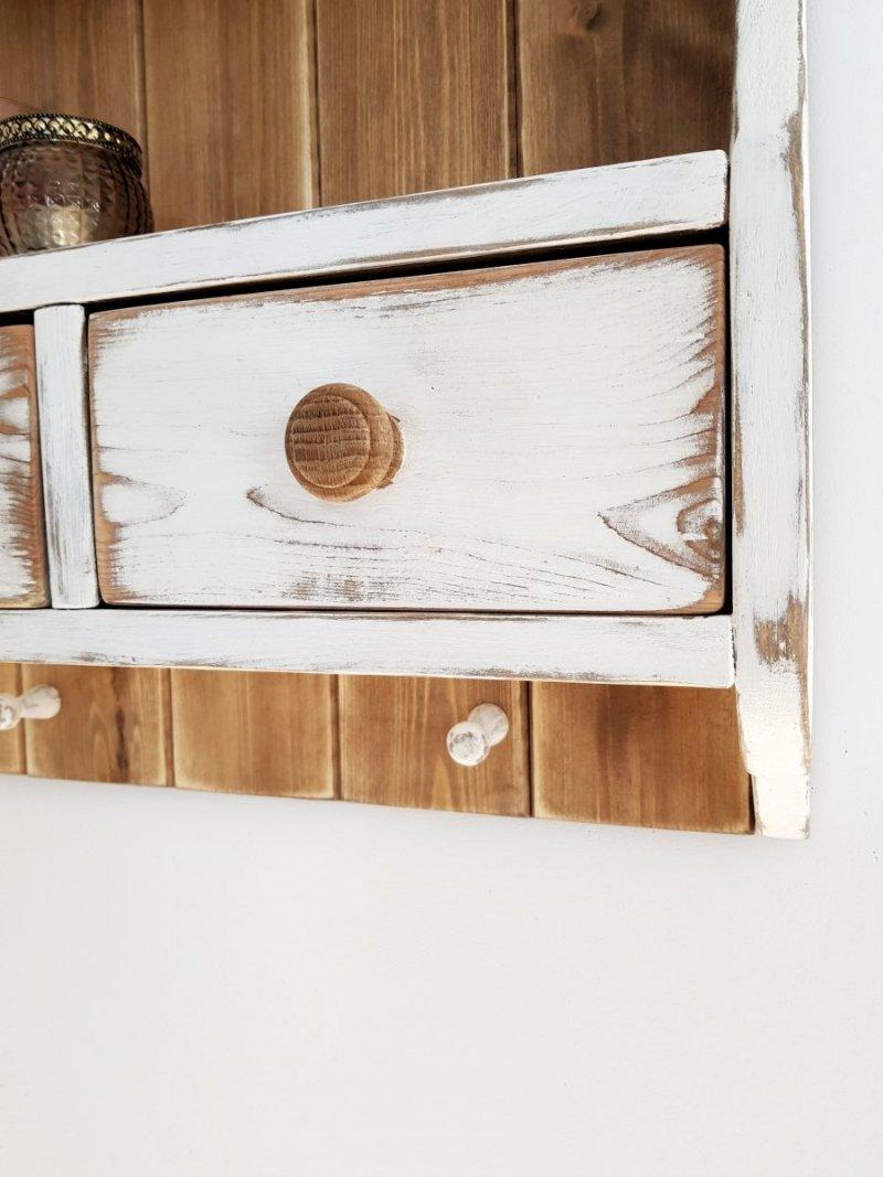 Drewniana półka z boazerią i szufladkami biała/orzech