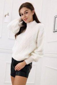 oversize'owy sweter ze stójką i bufiastymi rękawami