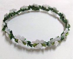 Wianek biały z zielonymi listkami