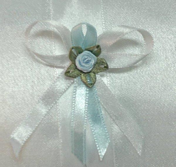 Butonierki drużbówki kotyliony biało-błękitne 1szt
