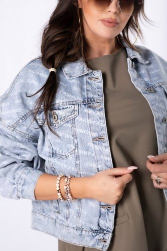 jeansowa kurtka z napisami