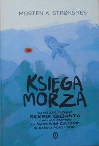 Morten A. Stroksnes • Księga morza czyli jak złowić rekina giganta z małego pontonu na wielkim oceanie o każdej porze roku