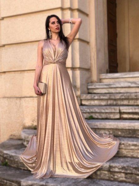 Długa sukienkawieczorowa, złota - Odkryte plecy - Sukienki na studniowke - Gogolfun.pl