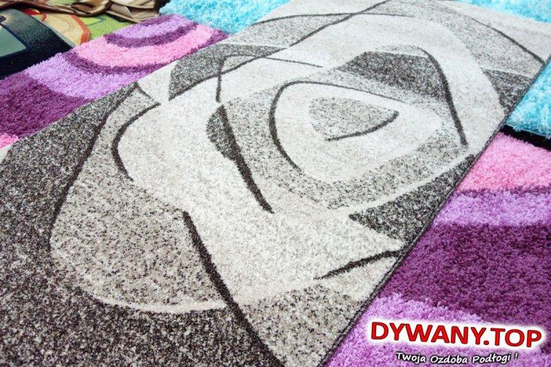 brązowy dywan bezowy