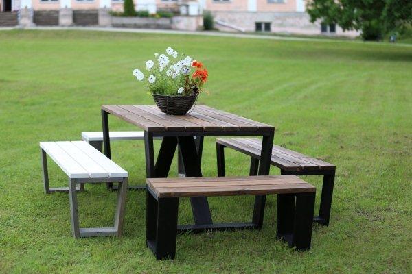 Stół drewniany z ławkami drewnianymi