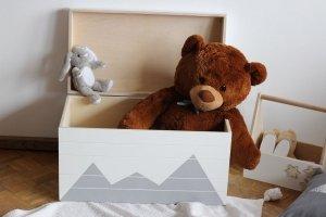 Drewniany kuferek na zabawki GÓRY