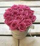 Różowe żywe  ŚWIEŻE róże w małym białym boxie