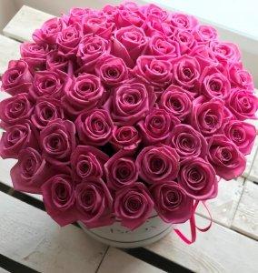 POWIĘKSZONY różowe żywe róże w dużym białym boxie