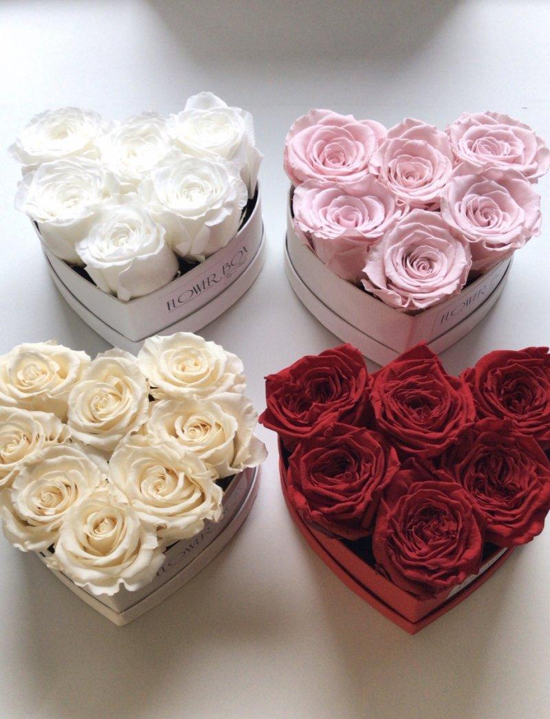 Białe wieczne róze w mini boxe heart