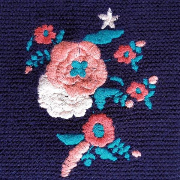 wełniany sweter z wyszywanymi kwiatami dla psa od Milk & Pepper