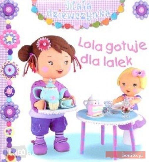 Lola gotuje dla lalek. Mała dziewczynka