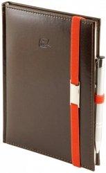 Notes A5 z długopisem zamykany na gumkę z blaszką - papier biały w kratkę - oprawa Nebraska czekoladowa (gumka pomarańczowa)