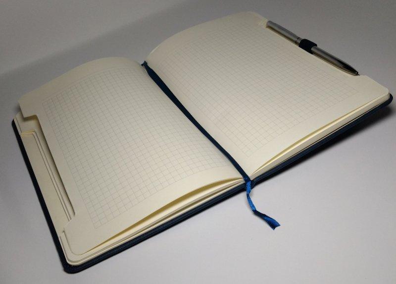 Notes A5 z długopisem zamykany na gumkę z blaszką - papier chamois w kratkę oprawa EKOSKÓRA LINEN granatowa (gumka granatowa) Z NADRUKIEM DLA TATYNotes A5 z długopisem zamykany na gumkę z blaszką - papier chamois w kratkę oprawa EKOSKÓRA LINEN
