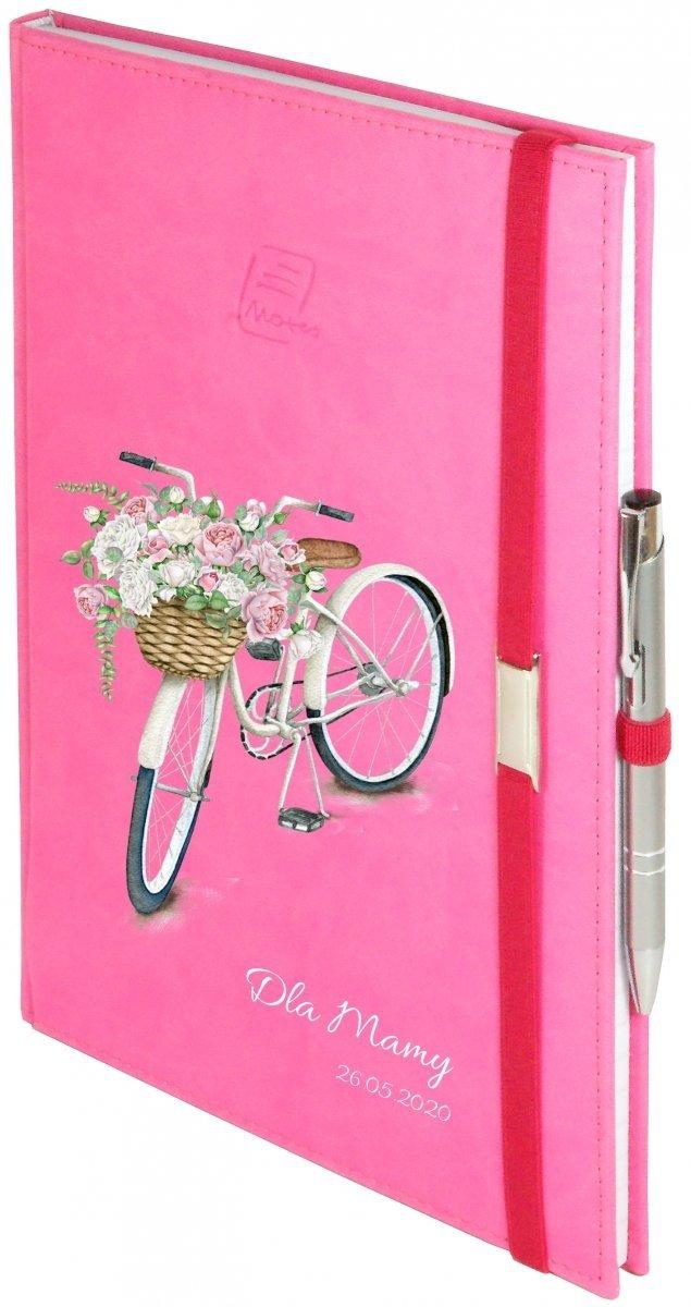 Notes A5 z długopisem zamykany na gumkę z blaszką - papier biały w kratkę - oprawa Vivella różowa (gumka różowa) -  Z NADRUKIEM ROWEREK NA DZIEŃ MATKI