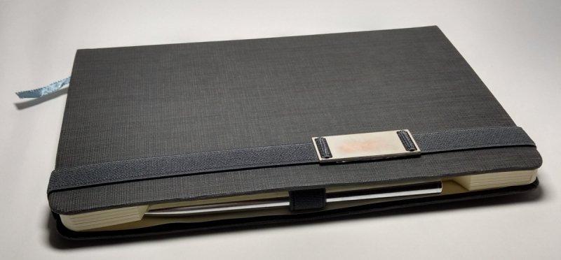 Notes A5 z długopisem zamykany na gumkę z blaszką - papier chamois w kratkę oprawa EKOSKÓRA LINEN szara (gumka szara) - długopis