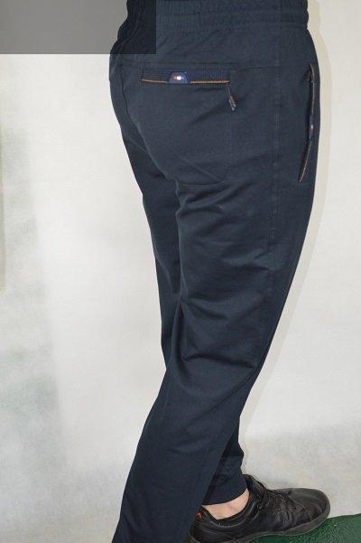 Spodnie męskie dresowe granatowe ze ściągaczem.