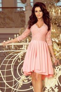 Sukienka z dłuższym tyłem z koronkowym dekoltem Nicolle - Pastelowy Róż - numoco 210-7