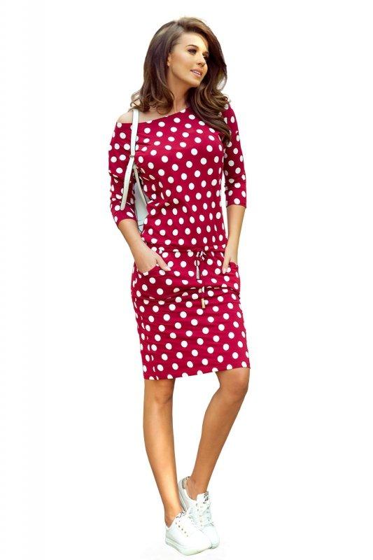 Sukienka sportowa z wiązaniem i kieszonkami - Bordowa w grochy - numoco - 13-111