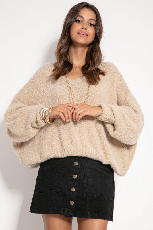 Luźny sweter z dekoltem F1066-beżowy-1