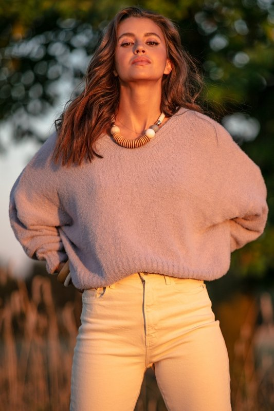 Luźny sweter z dekoltem F1066- fiolet -3