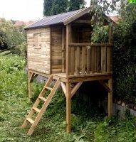 Drewniany domek dziecięcy