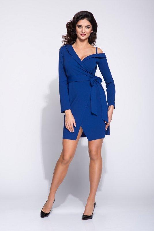 Sukienka z wiązaniem po boku i a'la opadającym rękawem oraz kopertowym dołem