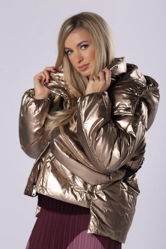 pikowana kurtka z metalicznym wykończeniem i torebką nerką