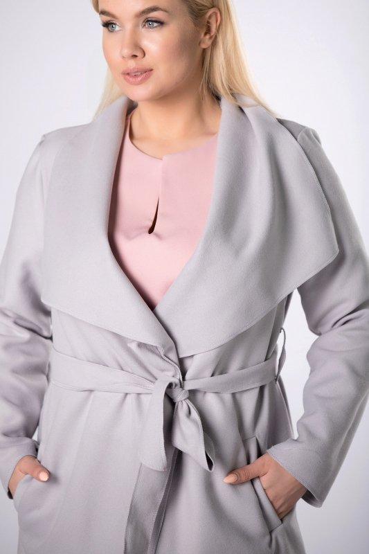 płaszcz o oversizowym kroju z paskiem