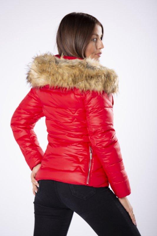 pikowana kurtka z kapturem obszytym futerkiem